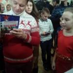 Олешко раздаёт детям автографы